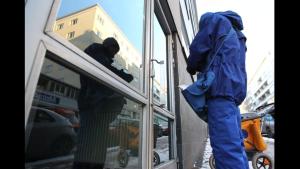 Anonyymi postinjakaja Helsingin Kalliossa.