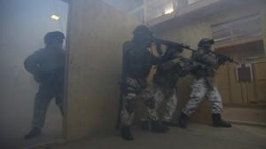 Labyrintista kuvattuna sotilaiden eteneminen