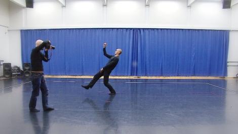 Ima Iduozee lämmittelee Kaupunginteatterin harjoitussalissa.