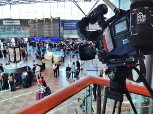 Kamera kuvaa T2 hallin lähtöaulaa.