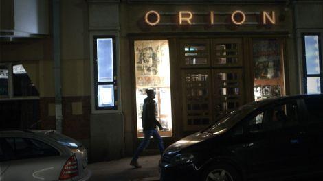 Aloituskuva elokuvateatteri Orionin ulkopuolelta.