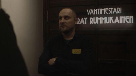 Graafikko Uolevi Holmbergin luoma grafiikka haastateltavan taakse.