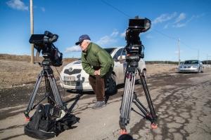 Unto Aaltonen Vaajakoskelta katsoo auringonpimennystä kamerasta.