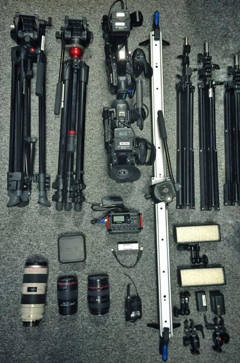 Kuvittaja keikalle ottamani kuvausvälineet mm. Tascam äänitin, valoja, jalustoja, 2 x FS5 kameroita, slider kamera-ajoihin ja eri linssejä.