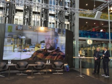 Henkilökuva esitettiin Sanomatalon Ilman sanoja, sanojen kanssa -näyttelyn avajaisissa.